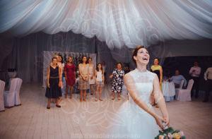 Свадебная традиция бросание букета