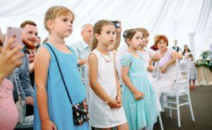 Дети на свадьбе в шатре у Дворца