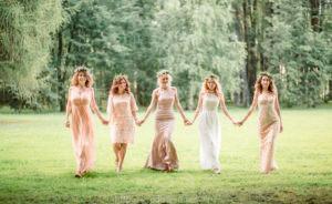 Подружки невесты в специальных платьях