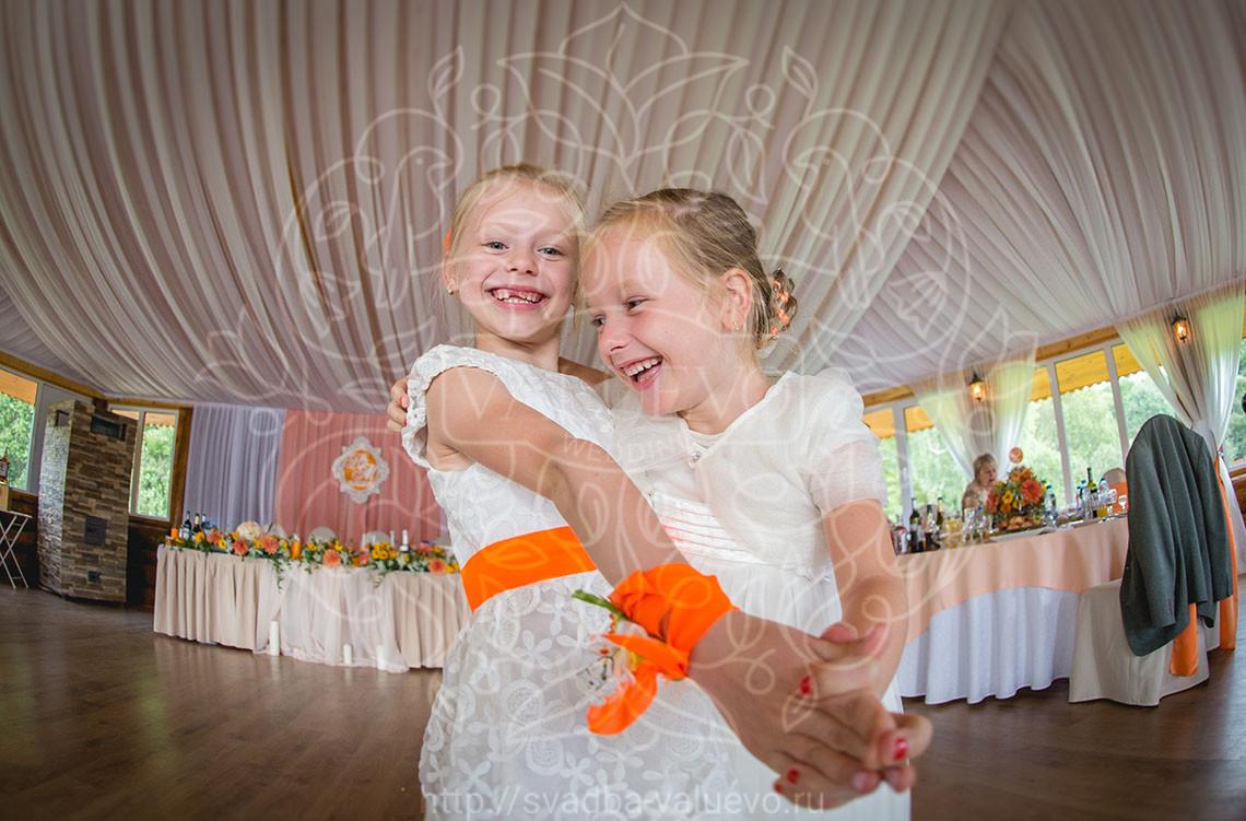 Оранжевая свадьба в усадьбе на веранде