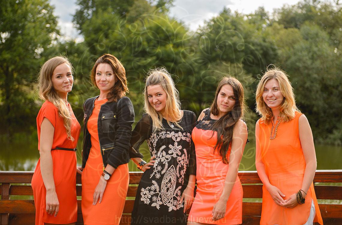 Подружки невесты в оранжевых платьях