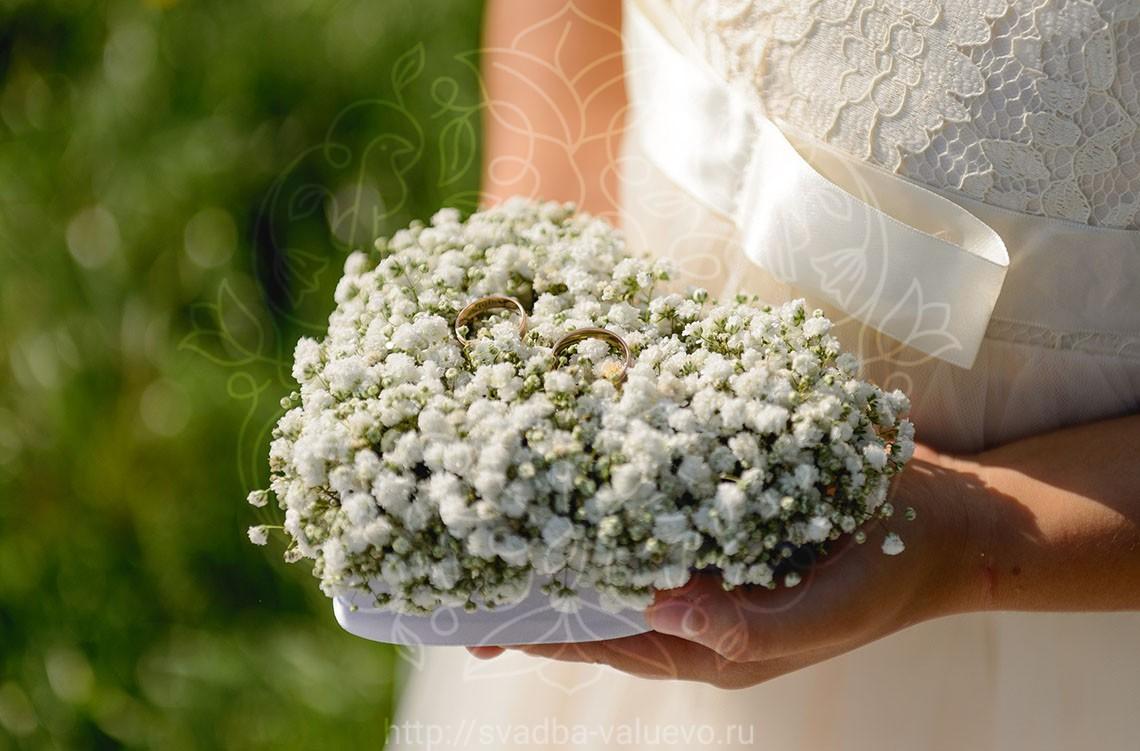 Подушка из цветов для колец